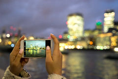 Toerist die foto, Torenbrug, Londen, met mobiele telefoon nemen stock afbeelding