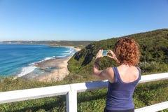 Toerist die foto van Burwood-Strand nemen - Newcastle Australië stock foto's