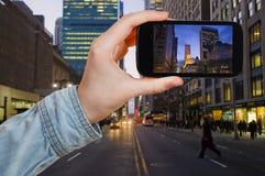 Toerist die foto van de Stad van New York in nacht nemen royalty-vrije stock afbeeldingen