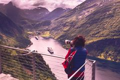 Toerist die foto van fjordlandschap nemen, Noorwegen stock foto's