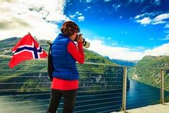 Toerist die foto van fjordlandschap nemen, Noorwegen stock foto