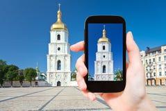 Toerist die foto van Heilige Sophia Cathedral nemen stock fotografie