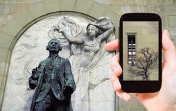 Toerist die foto van het Kasteel van muren heilige-Maire nemen Stock Fotografie
