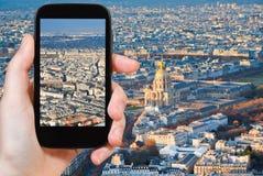 Toerist die foto van het panorama van Parijs nemen Stock Foto