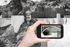 Toerist die foto van Hoover-Dam schieten Royalty-vrije Stock Afbeeldingen