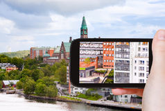 Toerist die foto van huizen in Stockholm nemen stock fotografie