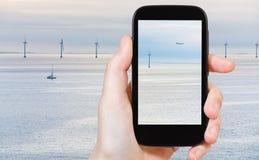 Toerist die foto van Middelgrunden-windlandbouwbedrijf schieten Royalty-vrije Stock Foto's