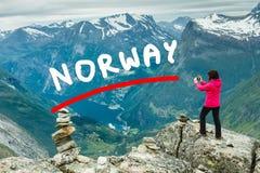 Toerist die foto vanuit Dalsnibba-gezichtspunt Noorwegen nemen Stock Foto