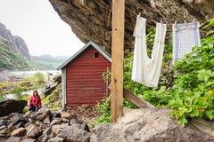 Toerist die Helleren-huizen in Jossingfjord, Noorwegen bezoeken Royalty-vrije Stock Afbeeldingen