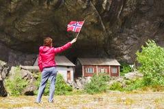 Toerist die Helleren-huizen in Jossingfjord, Noorwegen bezoeken stock afbeeldingen