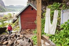 Toerist die Helleren-huizen in Jossingfjord, Noorwegen bezoeken royalty-vrije stock fotografie