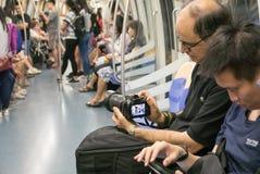 Toerist die in het geheim foto van mensen op Singapore nemen underg Stock Foto