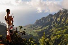Toerist die Kalalau-Vallei overzien - Kauai, Hawaï royalty-vrije stock foto