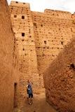 Toerist die kasbah bezoekt royalty-vrije stock foto