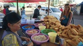 Toerist die lao sandwiches in Vientiane kopen stock footage