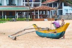 Toerist die met lokale mensenzitting spreken op de traditionele vissersboot van Sri Lankan Stock Fotografie