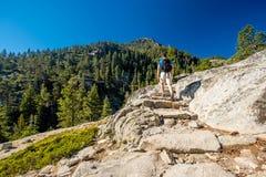 Toerist die met rugzak in bergen wandelen Royalty-vrije Stock Afbeelding