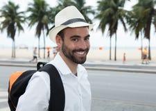 Toerist die met rugzak camera bekijken stock foto's