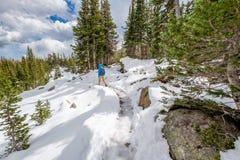 Toerist die met rugzak op sneeuwsleep wandelen Royalty-vrije Stock Afbeelding