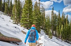 Toerist die met rugzak op sneeuwsleep wandelen royalty-vrije stock foto's