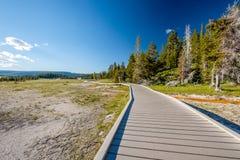 Toerist die met rugzak in Yellowstone wandelen Royalty-vrije Stock Afbeeldingen
