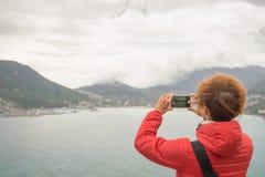 Toerist die met slimme telefoon het landschap fotograferen in Cape Town, op de Atlantische kustlijn van Zuid-Afrika royalty-vrije stock afbeeldingen