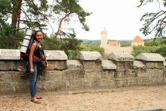 Toerist die naar Kokorin-kasteel gaan Stock Foto's