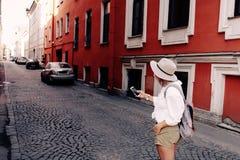 Toerist die navigatie app op de mobiele telefoon gebruiken reis concept stock foto's