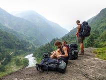 Toerist die neer aan de vallei kijken stock fotografie