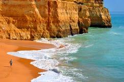 Toerist die op Benagil-Strand op de Algarve kust lopen royalty-vrije stock foto's