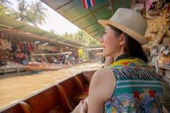 Toerist die op de reis van Azië Thais landschap bekijken stock afbeelding