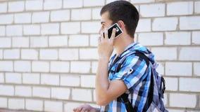 Toerist die op een celtelefoon spreken stock video