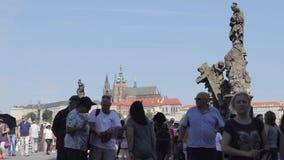 Toerist die op iconisch Charles Bridge lopen stock footage