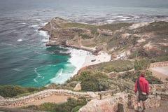 Toerist die op Kaappunt wandelen, die mening van Kaap van Goede Hoop en Dias Beach, reisbestemming in Zuid-Afrika bekijken De lij stock afbeelding