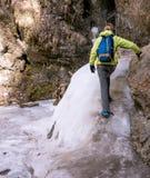 Toerist die op kleine gletsjer beklimmen stock fotografie