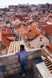 Toerist die over de daken kijkt stock afbeeldingen
