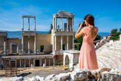 Toerist die Roman theater in Plovdiv fotograferen royalty-vrije stock foto's