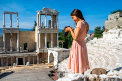 Toerist die Roman theater in Plovdiv fotograferen stock afbeeldingen
