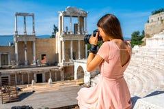 Toerist die Roman theater in Plovdiv fotograferen royalty-vrije stock fotografie
