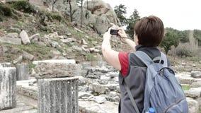 Toerist die ruïnes van oude tempel fotograferen 4K