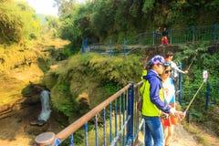 Toerist die selfie bij de Daling van Devi nemen Stock Foto