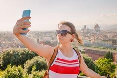 Toerist die selfie met cityscape Toscanië Italië nemen van Florence royalty-vrije stock afbeelding