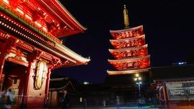 Toerist die Sensoji-Tempel in de avond bezoeken royalty-vrije stock foto