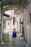 Toerist die in steeg lopen Royalty-vrije Stock Fotografie
