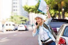 Toerist die taxi begroeten royalty-vrije stock afbeelding
