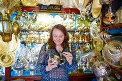 Toerist die theepot op Marokkaanse markt selecteren stock fotografie