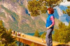 Toerist die van de mening van de bergenfjord, Noorwegen geniet royalty-vrije stock foto