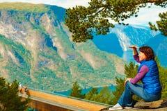 Toerist die van de mening van de bergenfjord, Noorwegen geniet royalty-vrije stock afbeeldingen