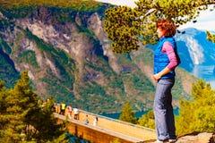 Toerist die van de mening van de bergenfjord, Noorwegen geniet royalty-vrije stock afbeelding