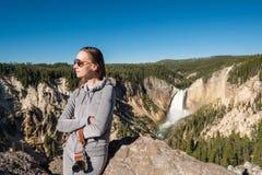 Toerist die waterval in Yellowstone overzien Royalty-vrije Stock Foto's